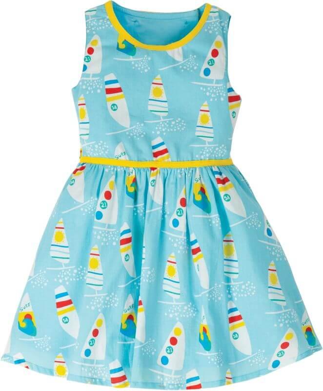 Hellblaues Kleid mit Surfbrettern